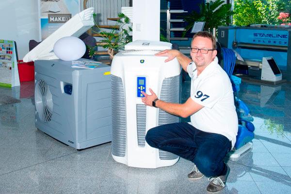 Herr Holzfuß präsentiert eine Luft-Wasser-Wärmepumpe von Zodiac