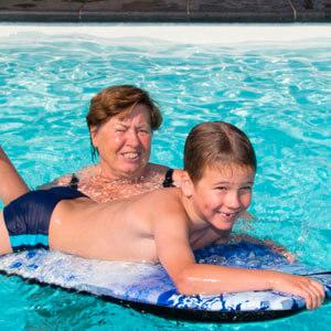 Jung und Alt gemeinsam in einem Pool