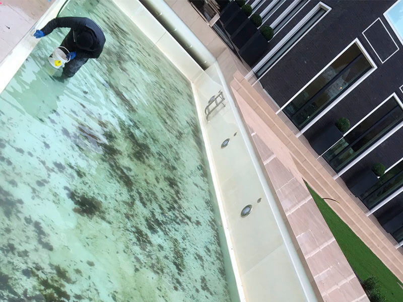 Vorbereitungen für die Grundreinigung eines Pools