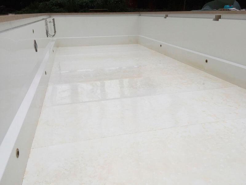 Ablagerungen auf der Oberfläche eines GFK-Pools