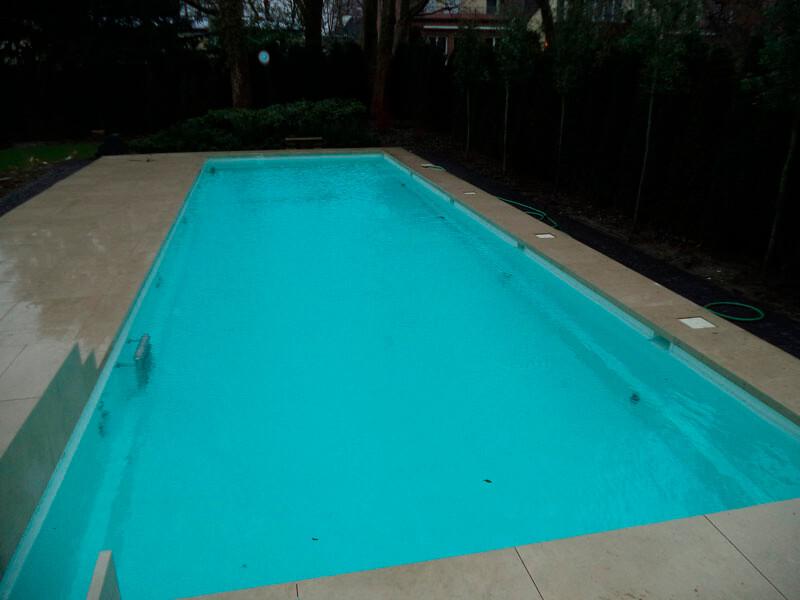 Reinigung eines Pools nach dem Winter