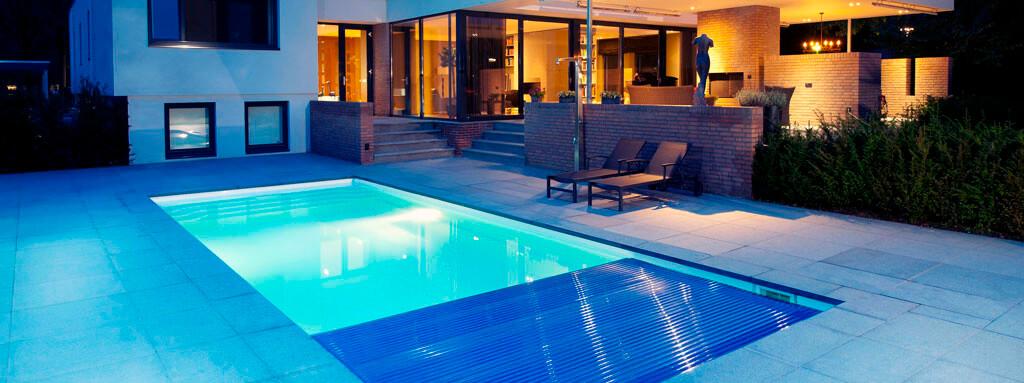 PVC Solarlamellen auf einem Starline Fertigschwimmbecken