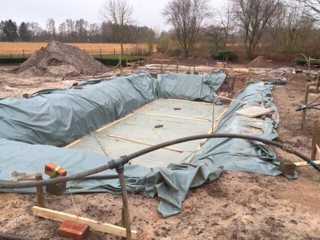 Die mit Folie geschützte und vorbereitete Betonplatte