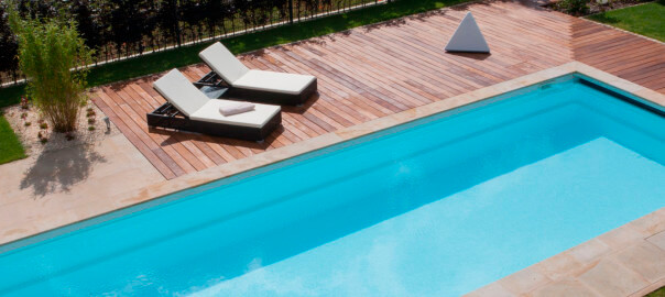 Poolumrandungen aus Holz und Stein kombiniert