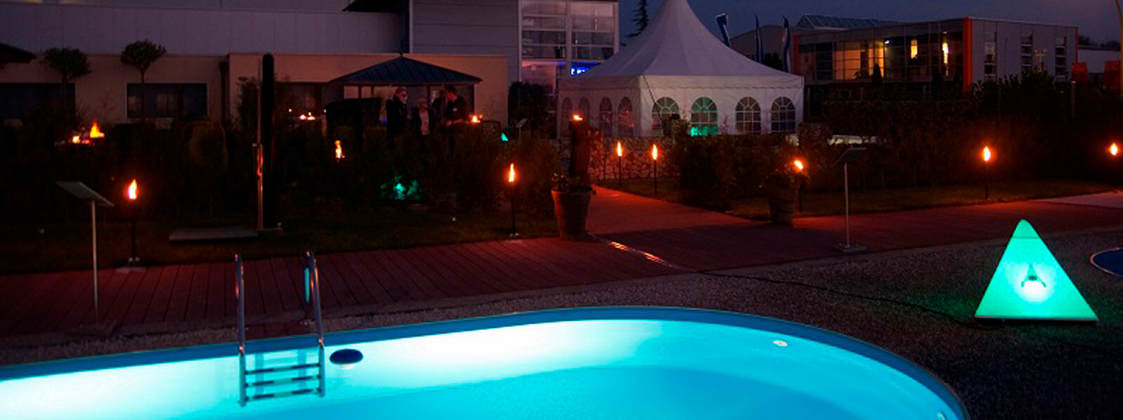 Beleuchteter Pool bei dem Event im Sommer 2015